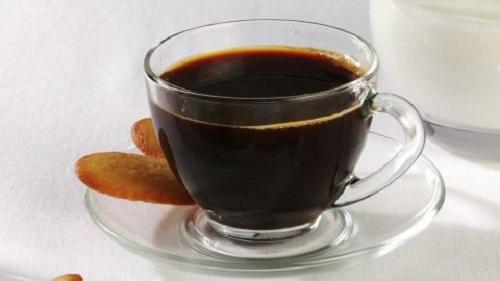 boire une tasse de café